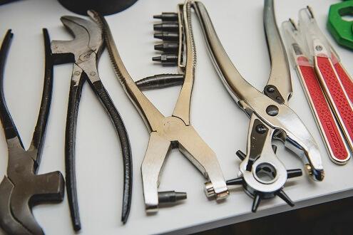 Herramientas varias para trabajar los materiales con los que se hace el calzado